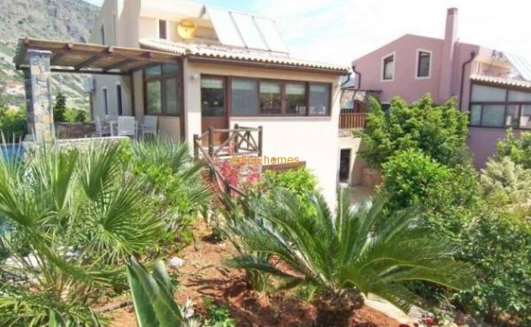 Cozy villa with garden in Elounda