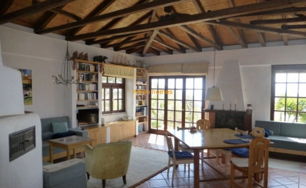 Villa on a plot of 1.5 hectares in a quiet picturesque place on a hill