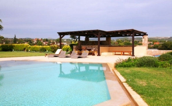Villa with a large pool near the sandy beach
