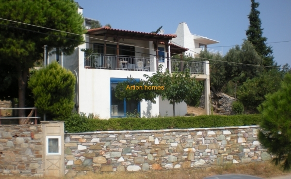 Two storey house in Distion Petries 50m from the beach